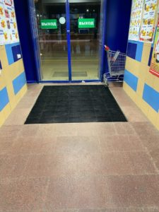 Фото Монтаж грязезащитных ковров  «Антикаблук» в гипермаркете «ЛИНИЯ».